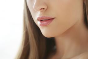 aplicação de ácido hialurônico nos labios